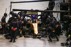 Nico Hulkenberg, Renault Sport F1 Team RS17, au stand