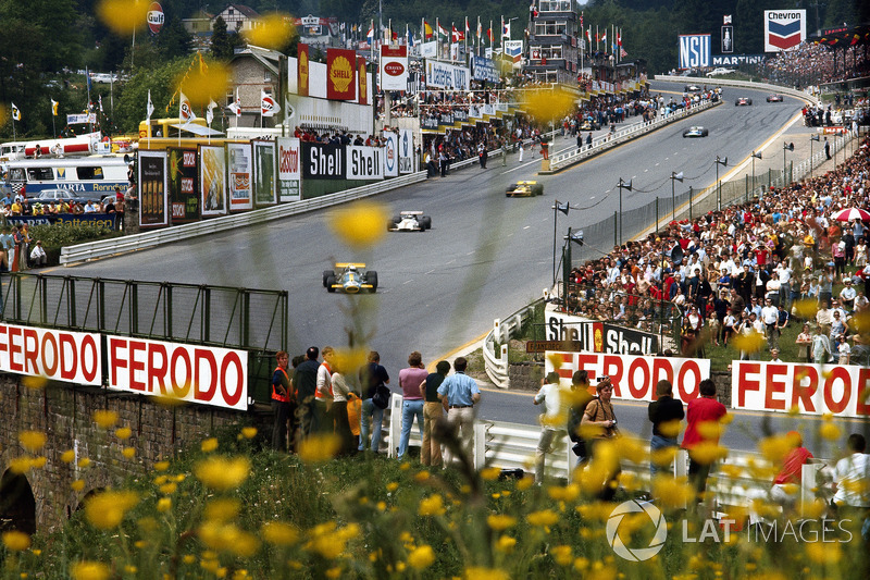 Jack Brabham, Brabham, voor Jackie Oliver, BRM, Ronnie Peterson, March, en Henri Pescarolo, Matra richting Eau Rouge in 1970