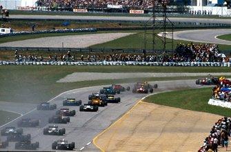 Arrancada Ayrton Senna, McLaren MP4/5, runs in Riccardo Patrese, Williams FW12C