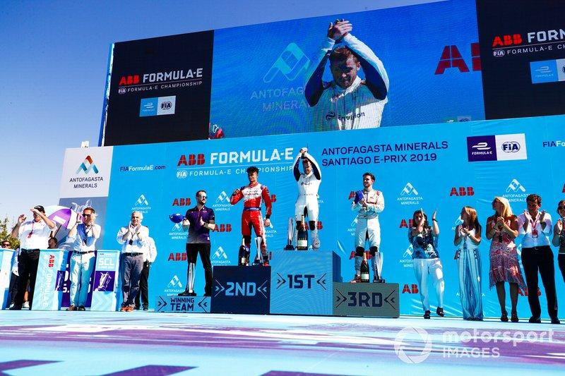 Sam Bird, Envision Virgin Racing, primero, Pascal Wehrlein, Mahindra Racing, 2° clasificado, Daniel Abt, Audi Sport ABT Schaeffler, 3° clasificado, Leon Price, Team, Sporting manager, Envision Virgin Racing, en el podio