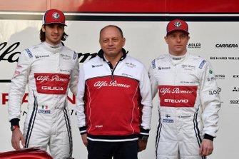 Kimi Raikkonen, Alfa Romeo Racing, Antonio Giovinazzi, Alfa Romeo Racing, Frederic Vasseur, Alfa Romeo Racing Team Principal