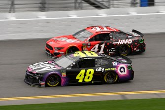 Jimmie Johnson, Hendrick Motorsports, Chevrolet Camaro Ally y Daniel Suarez, Stewart-Haas Racing, Ford Mustang Haas Automation