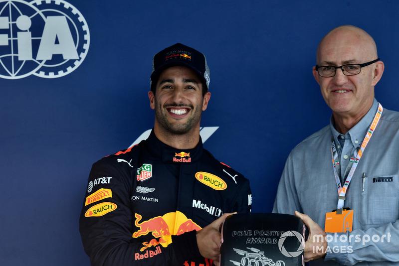 Daniel Ricciardo, Red Bull Racing con el premio Pirelli Pole Position en parc ferme