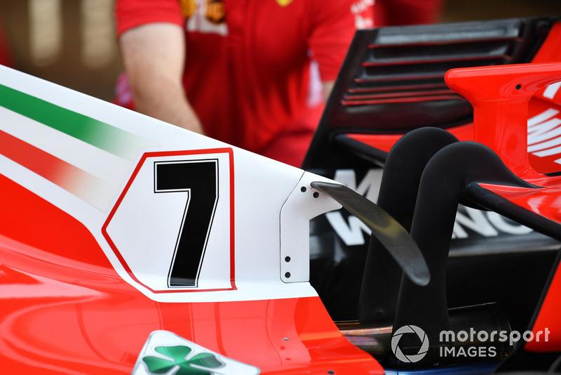 No es un concepto nuevo, pero vale la pena señalar la T-Wing arqueada de Ferrari, colgada de la cubierta del motor.