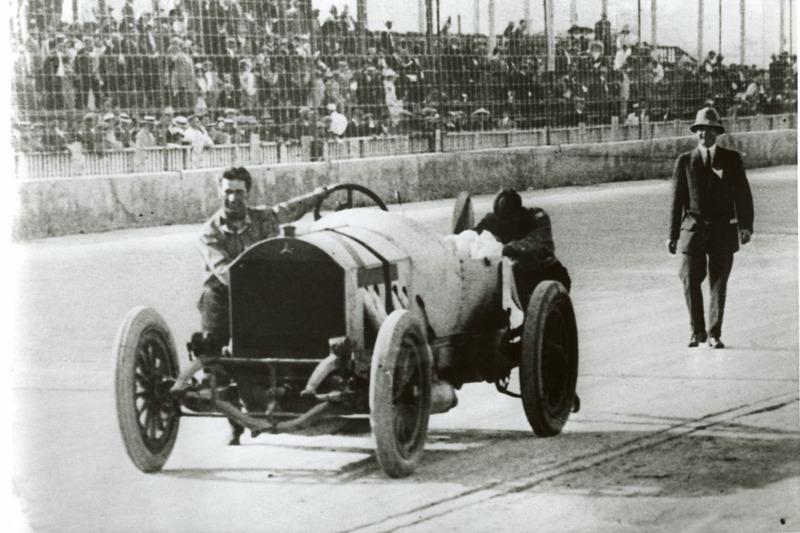 Ralph DePalma empuja su auto