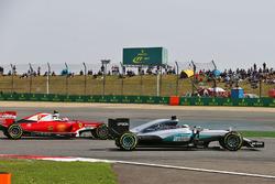 Льюис Хэмилтон, Mercedes AMG F1 Team W07 и Кими Райкконен, Ferrari SF16-H - борьба за позицию