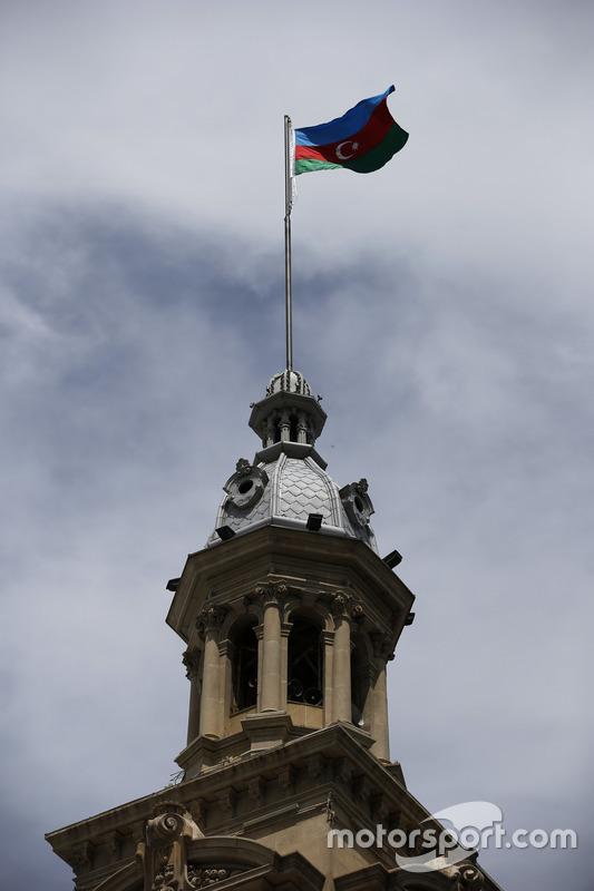 Una bandera de Azerbaiyán en una torre
