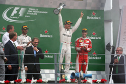 podium: segundo, Lewis Hamilton, Mercedes AMG F1; ganador, Nico Rosberg, Mercedes AMG F1; tercero Se