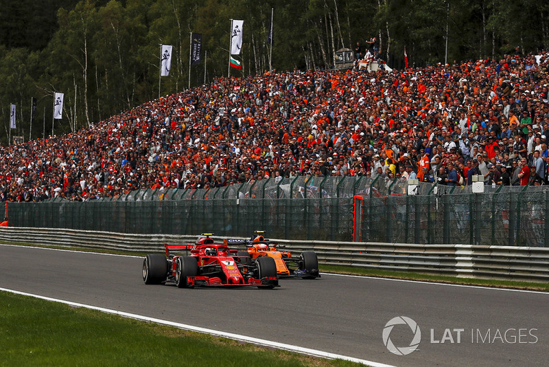 Kimi Raikkonen, Ferrari SF71H y Stoffel Vandoorne, McLaren MCL33 battle