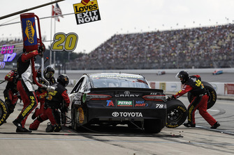 Martin Truex Jr., Furniture Row Racing, Toyota Camry 5-hour ENERGY/Bass Pro Shops, pit stop