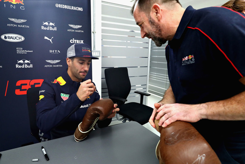 Daniel Ricciardo, Red Bull Racing, firma autografi