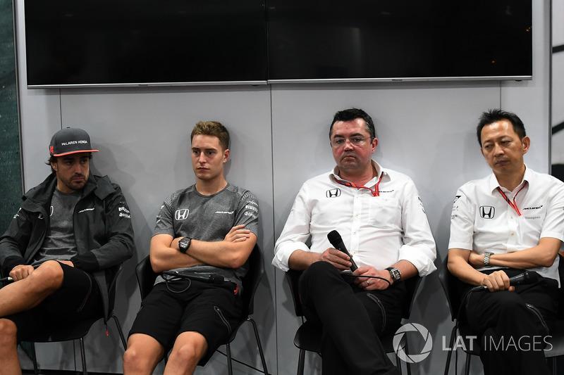 Фернандо Алонсо, McLaren, Стоффель Вандорн, McLaren, Ерік Бюльє, гоночний директор McLaren Racing,  Юсуке Хасегава, керівник програми Honda в Ф1