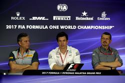 Mario Isola, sportief directeur Pirelli, Toto Wolff, Mercedes AMG F1 Motorsport-baas en Guenther Steiner, teambaas Haas F1, tijdens de persconferentie