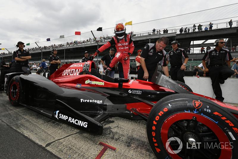 Скорости для выхода в финал не хватило – Алешин закончил отборочную сессию 15-м, а по итогам решающей сессии среди гонщиков, которые не боролись за поул, заработал 13-ю позицию. Не так уж и плохо, если учитывать, что в гонке стартовали 33 пилота