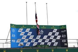 Le drapeau britannique en berne sur le podium, suite aux attentat de Londres