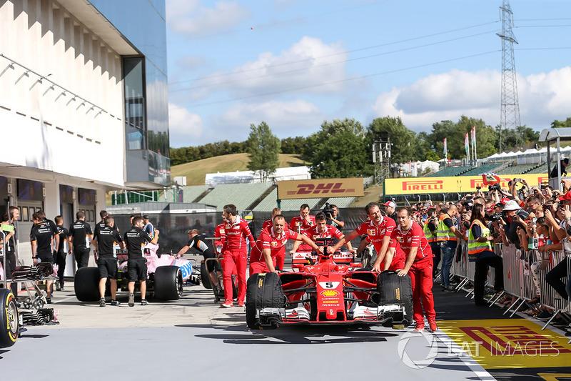 Mechnaiker mit Auto von Sebastian Vettel, Ferrari SF70-H