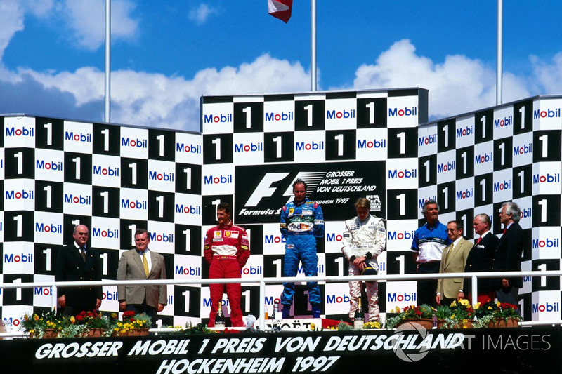 Podio: ganador de la carrera Gerhard Berger, Benetton Renault, segundo lugar Michael Schumacher, Ferrari, tercer lugar Mika Hakkinen, McLaren