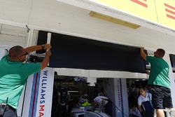 Робітники міняють ім'я на дошці Феліпе Масси, Williams, на Пол ді Реста
