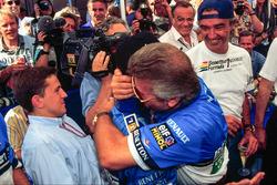 Ganador de la carrera Micheal Schumacher, Benetton, celebra con su manager Willi Weber y Flavio Briatore