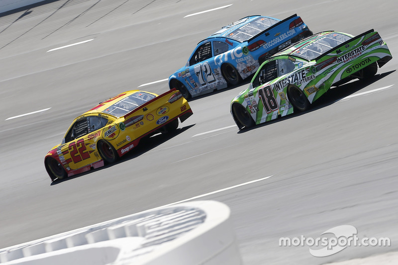 Kyle Busch, Joe Gibbs Racing, Toyota; Joey Logano, Team Penske, Ford