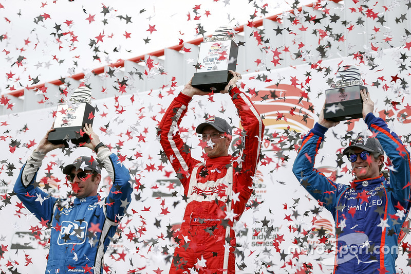Podium: segundo, Simon Pagenaud, Team Penske Chevrolet, ganador, Sébastien Bourdais, Dale Coyne Racing Honda, tercero, Scott Dixon, Chip Ganassi Racing Honda
