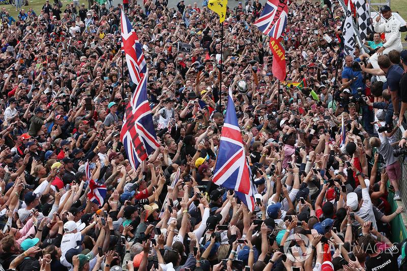 Crowdsurfing: 1. Lewis Hamilton, Mercedes AMG F1, mit Fans