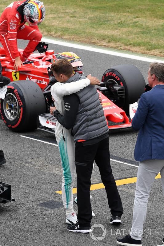 Ganador de la pole Lewis Hamilton, Mercedes AMG F1 celebra con Jenson Button, McLaren en parc ferme