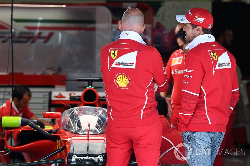 Sebastian Vettel, Ferrari observa el Ferrari SF70H con el escudo de la cabina