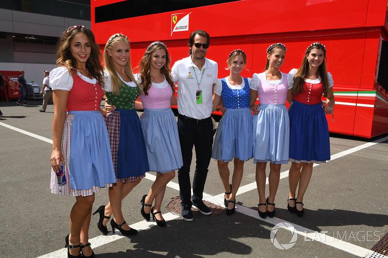 As Grid Girls austríacas, além de estarem com trajes típicos, ajudaram a entreter o público.