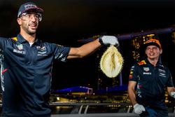 Daniel Ricciardo, Red Bull Racing, Max Verstappen, Red Bull Racing con la fruta del durian