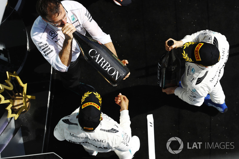 Льюис Хэмилтон празднует победу с партнером по Mercedes AMG F1 Валттери Боттасом