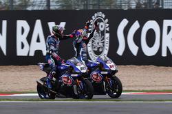 Le deuxième, Alex Lowes, Pata Yamaha félicite son coéquipier, Michael van der Mark, Pata Yamaha pour sa troisième place