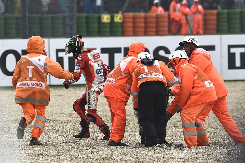 Na pista, muitos pilotos, como Jorge Lorenzo caíram devido às dificuldades do piso molhado.