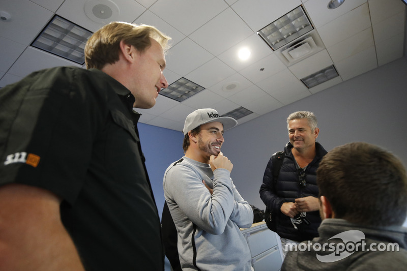 Fernando Alonso in the Honda Performance Development simulator with Engineer Eric Bretzman and Gil d