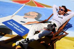 Fernando Alonso, McLaren su una sedia a sdraio