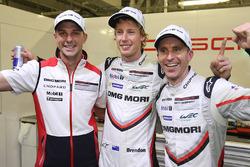 Обладатели поула Тимо Бернхард, Эрл Бамбер и Брендон Хартли, Porsche Team