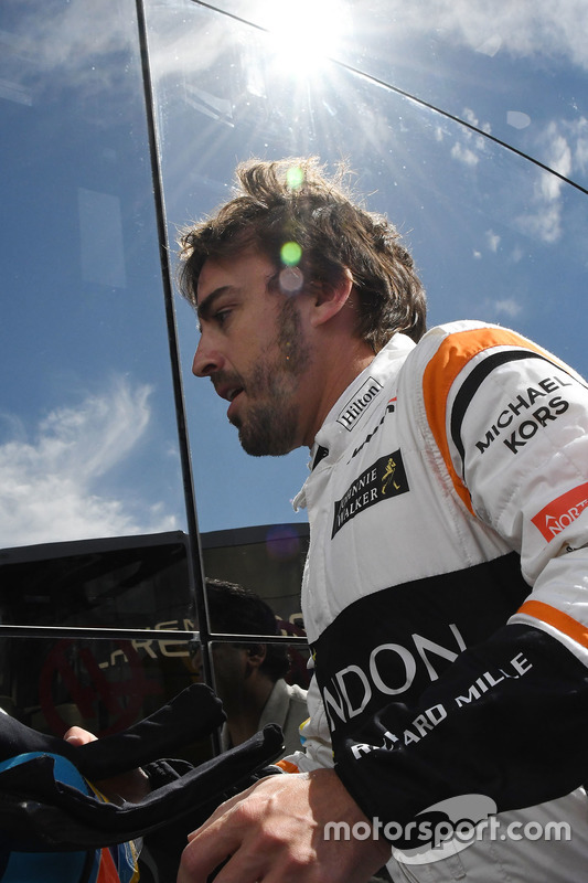Fernando Alonso, McLaren walks in after stopping on track