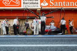 Romain Grosjean, Haas F1 Team VF-16 practices a pit stop