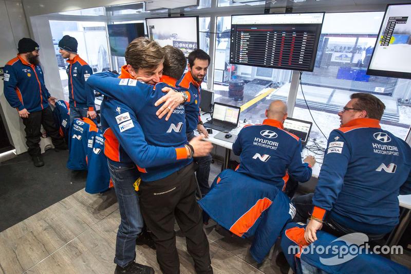 El equipo Hyundai Motorsport celebra la victoria