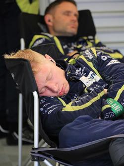 Un membre d'Aston Martin Racing endormi