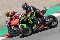 Jonathan Rea, Kawasaki Racing passes Chaz Davies, Aruba.it Racing-Ducati SBK Team