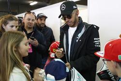 Lewis Hamilton, Mercedes AMG F1, se encuentra con los niños de la parrilla