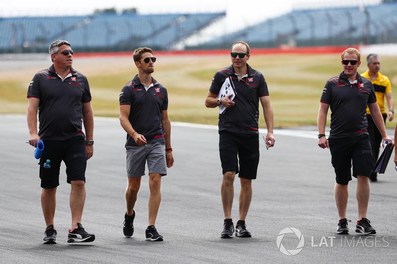 Romain Grosjean, Haas F1 Team, parcourt la piste à pied