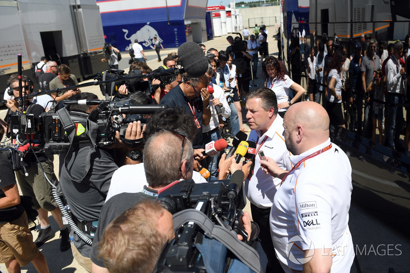 Zak Brown, McLaren Racing CEO, parla con i media