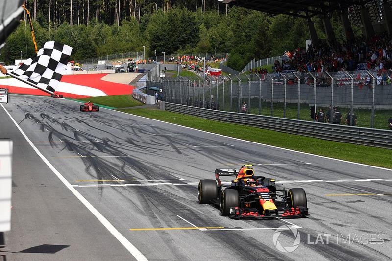 Le vainqueur Max Verstappen, Red Bull Racing RB14 franchit l'arrivée