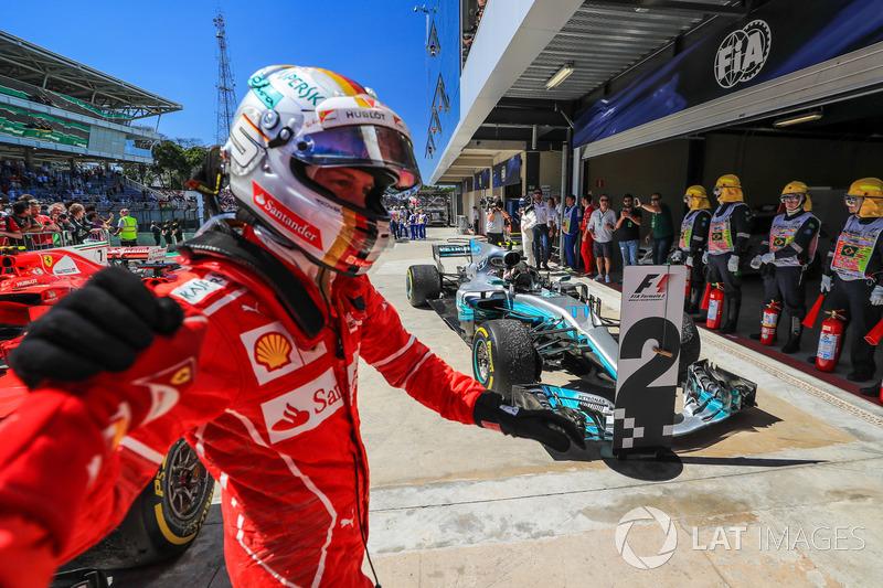 Le vainqueur Sebastian Vettel, Ferrari dans le parc fermé