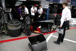 Teamlid bij de pitbox van Nico Müller, Audi Sport Team WRT, Audi R8 LMS