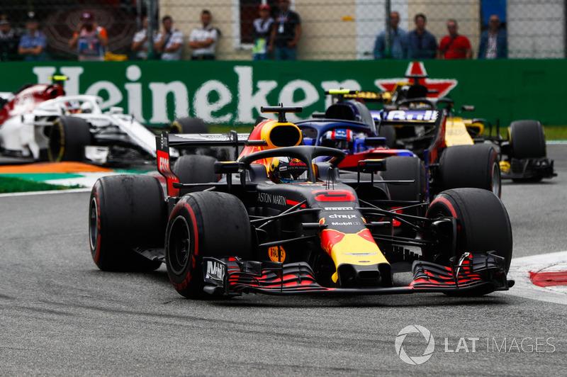 Daniel Ricciardo, Red Bull Racing RB14, leads Pierre Gasly, Toro Rosso STR13, Nico Hulkenberg, Renault Sport F1 Team R.S. 18, and Charles Leclerc, Sauber C37