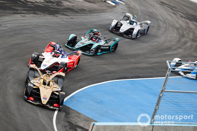 Andre Lotterer, DS TECHEETAH, DS E-Tense FE19, leadsJérôme d'Ambrosio, Mahindra Racing, M5 Electro, Mitch Evans, Panasonic Jaguar Racing, Jaguar I-Type 3 as Alexander Sims, BMW I Andretti Motorsports, BMW iFE.18 goes wide off the track