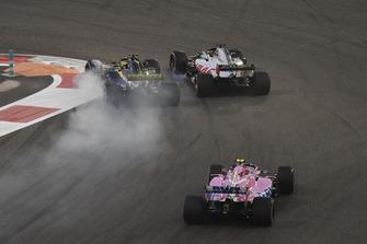 Nico Hulkenberg, Renault Sport F1 Team R.S. 18 lotta con Romain Grosjean, Haas F1 Team VF-18, al primo giro